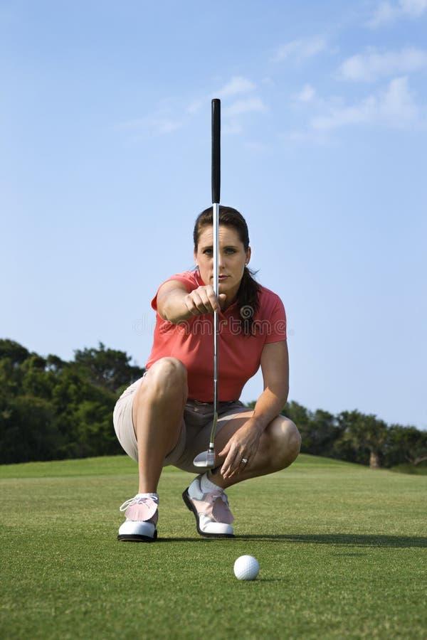 Concentração fêmea do jogador de golfe imagens de stock