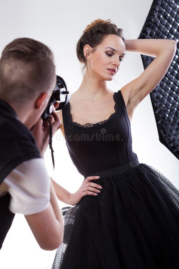 Concentração modelo bonita em seu trabalho imagens de stock