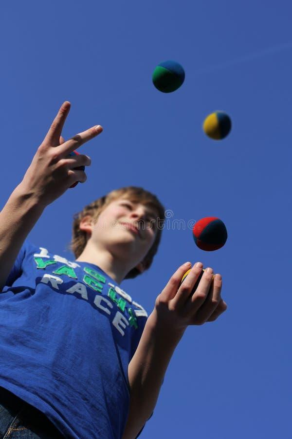 Concentración, bolas que hacen juegos malabares fotografía de archivo libre de regalías
