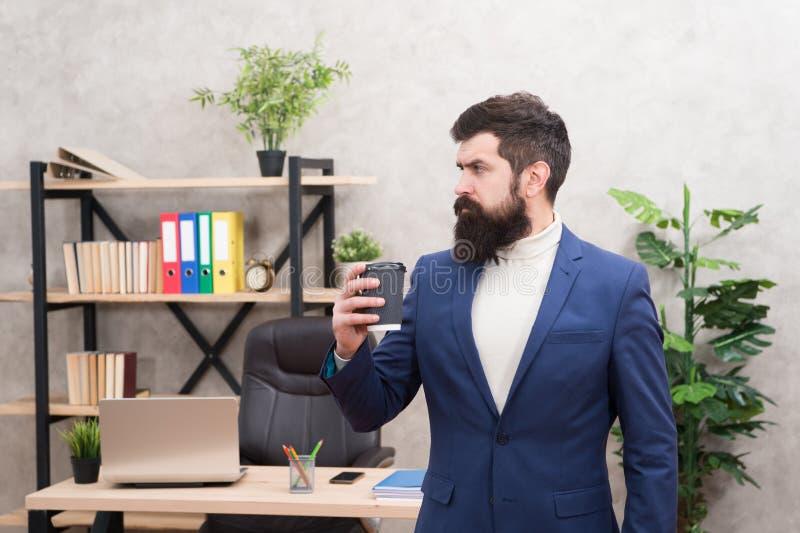 Concentración completa Hombre de negocios en equipo formal Concentración en el trabajo Hombre confiado concentrado en el trabajo  imágenes de archivo libres de regalías