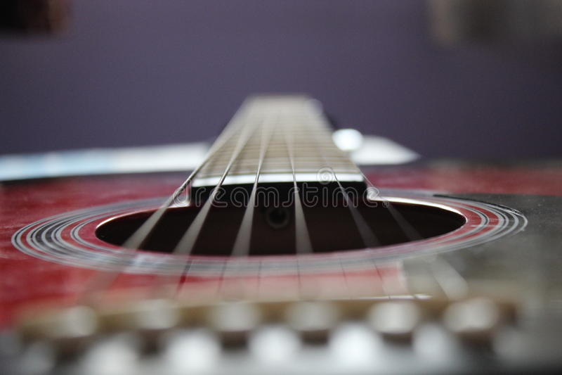 Concentración de las secuencias de la guitarra imagen de archivo