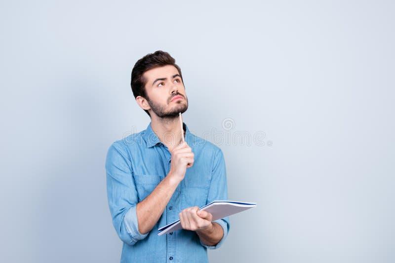 Concentran al hombre joven en las nuevas ideas para el negocio Él es looki foto de archivo