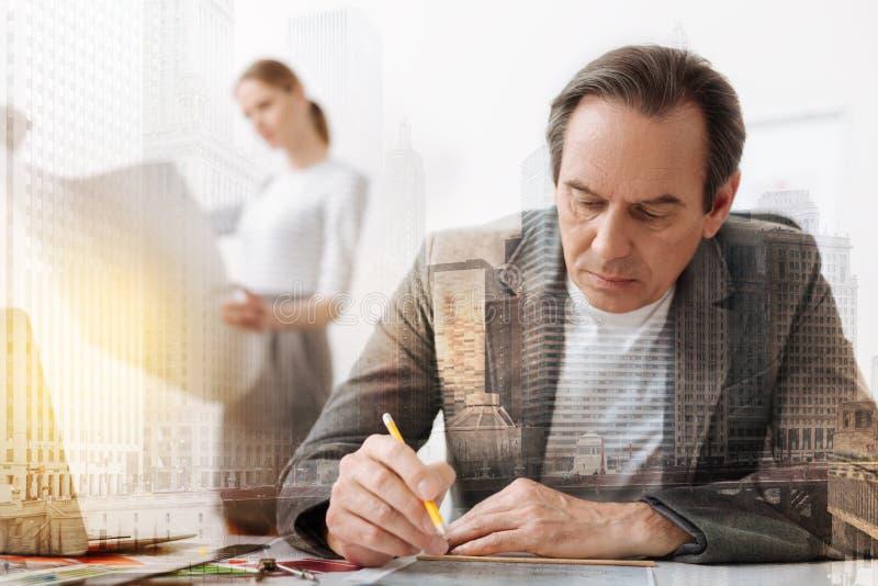 Concentrated erfor manligt teknikersammanträde på tabellen arkivbilder
