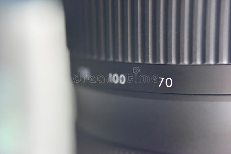 Concentration sélective sur l'échelle de distance entre le capteur de caméra et le point de convergence sur la lentille images libres de droits