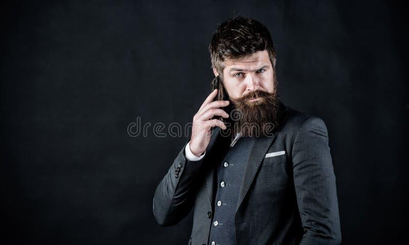 Concentrato su lavoro Pantaloni a vita bassa caucasici brutali con i baffi Modo convenzionale maschio Uomo d'affari in vestito Af fotografia stock libera da diritti