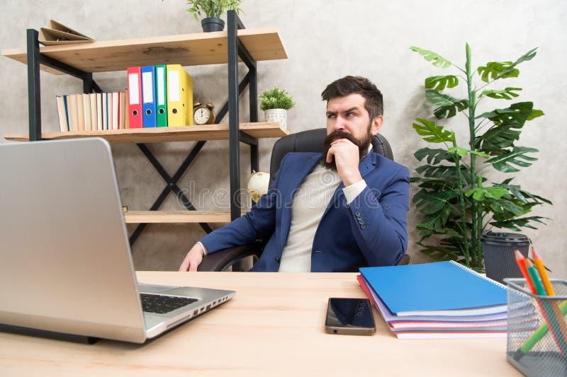 Concentrazione completa sul lavoro Uomo d'affari brutale in ufficio con il computer Uomo maturo che lavora al computer Pantaloni  fotografie stock