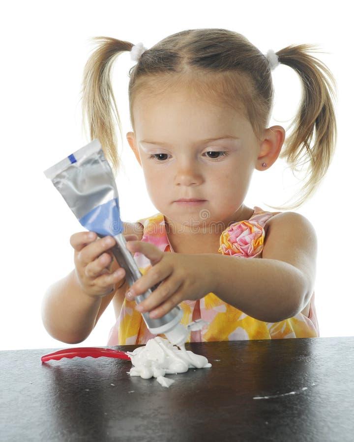 Concentrazione nel dentifricio in pasta immagine stock libera da diritti