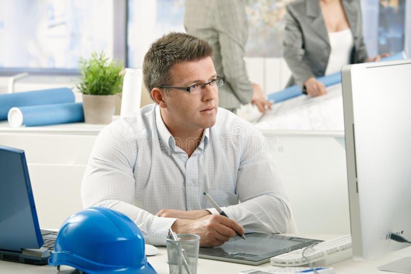 Concentrerende architect op het werk stock afbeelding