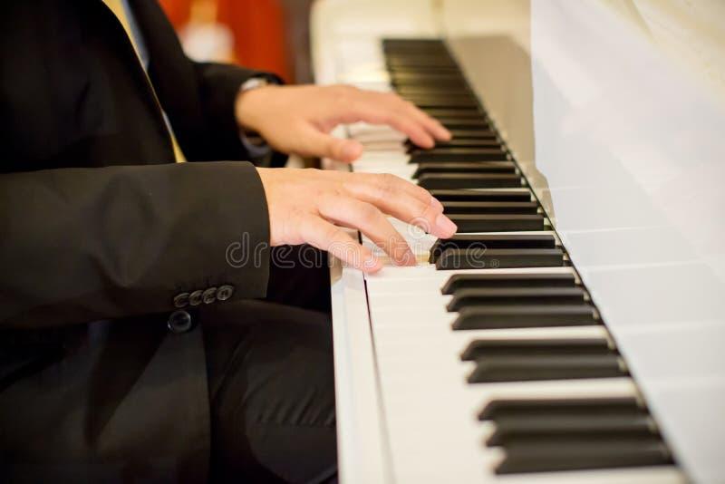 Concentrez la main du ` s de pianiste sur des clés de piano Instrument de musique d'orchestre origines saines romantiques image libre de droits