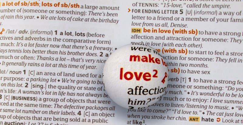 Concentrez sur l'amour de mot en magnifiant un globe en verre image libre de droits