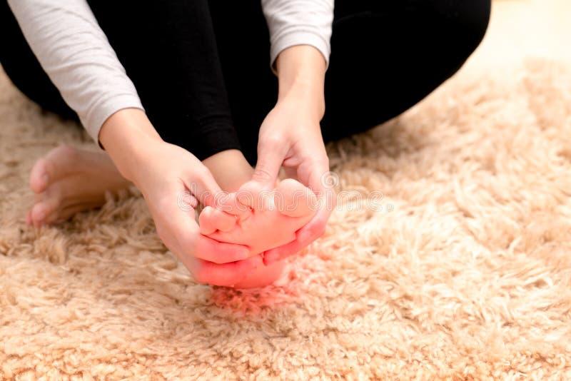 Concentrez sur la blessure à la cheville de pied de femmes/douloureux images stock