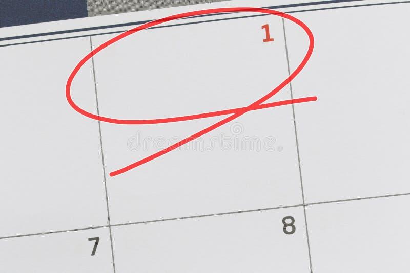 Concentrez sur le numéro 1 dans le calendrier et videz l'ellipse rouge photographie stock libre de droits