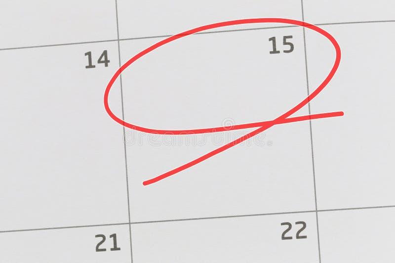 Concentrez sur le numéro 15 dans le calendrier et videz l'ellipse rouge photo stock