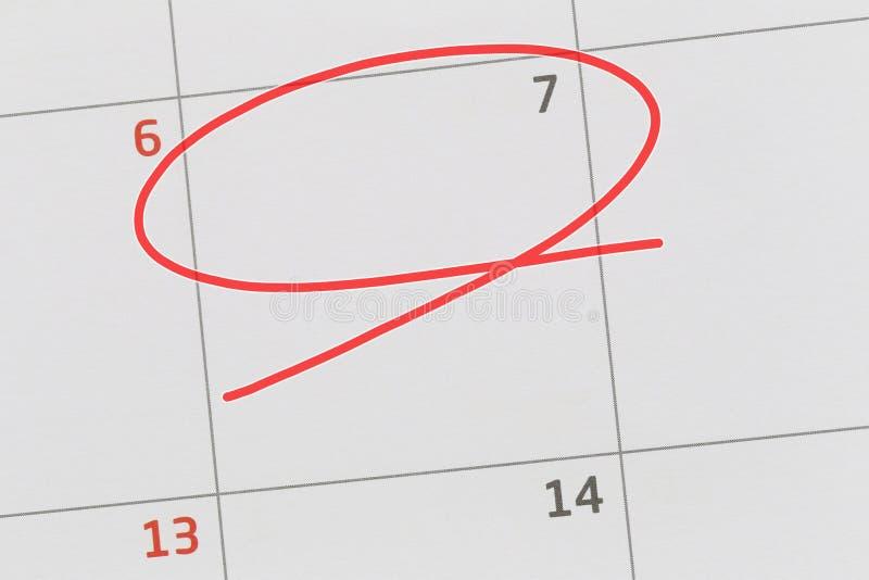 Concentrez sur le numéro 7 dans le calendrier et videz l'ellipse rouge photos stock