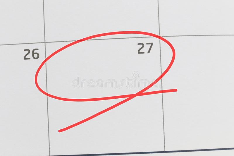 Concentrez sur le numéro 27 dans le calendrier et videz l'ellipse rouge photo stock