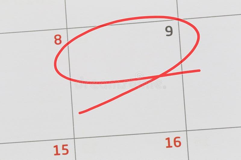 Concentrez sur le numéro 9 dans le calendrier et videz l'ellipse rouge photo stock