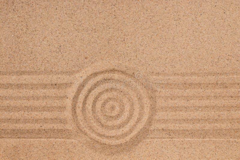 Concentrische cirkel en lijnen op het zand Textuur van zand stock foto's