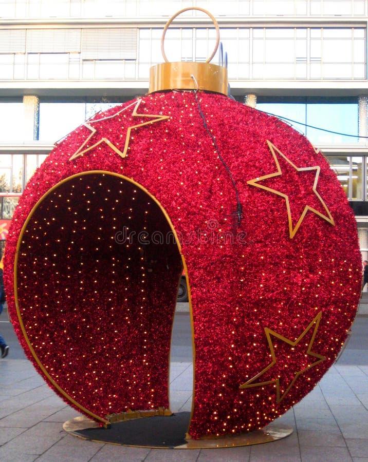 A concepção arquitetónica bonita brilhante da foto da rua sujeita sob a forma do Natal brinca imagens de stock