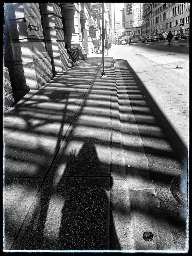 Concepção arquitetónica do ` s de Chicago sombreada em um passeio com uma ondulação da sombra do ` s da mulher imagens de stock royalty free
