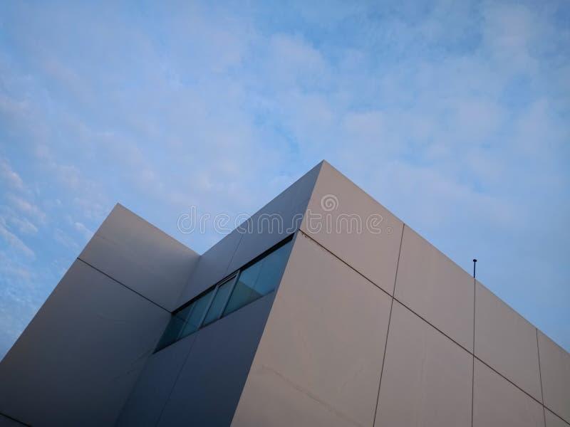 Concepção arquitetónica minimalista de uma construção moderna, de um fundo do céu azul, de umas formas e de uns formulários na ar imagem de stock