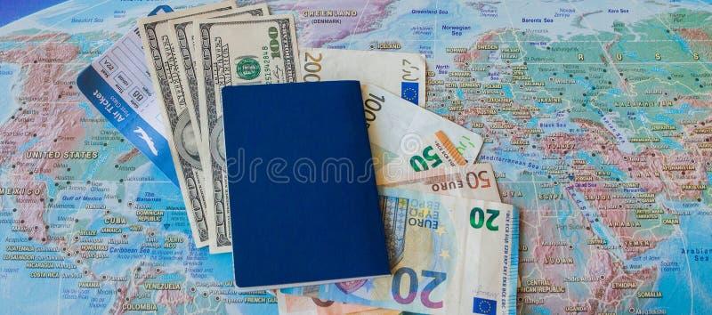 Concep f?r internationellt lopp: Pass biljetter, pengar p? ?versikten royaltyfria foton
