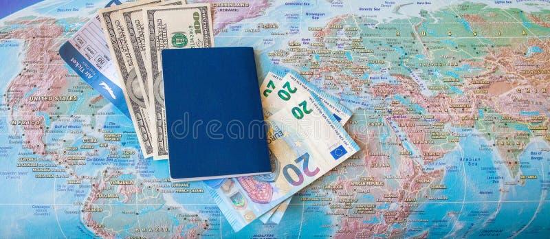 Concep f?r internationellt lopp: Pass biljetter, pengar p? ?versikten royaltyfri bild