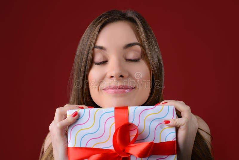 Concepr de recibir presentes esperados desde hace mucho tiempo en la Navidad Ciérrese encima del retrato de la foto de la señora  fotografía de archivo libre de regalías