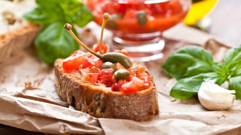Concept à cuire italien Bruschettes avec le pesto, tomates images libres de droits