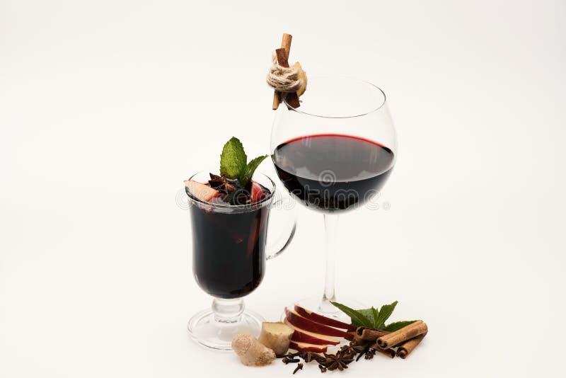 Concept à la maison d'échantillon de barre et de vin Bâtons de cannelle, feuilles en bon état photos libres de droits