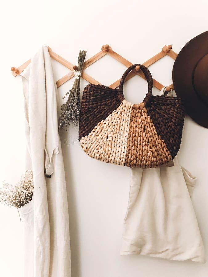Concept à la maison de rebut zéro Mode de vie viable Cintre en bois élégant avec le sac de paille, le sac d'emballage de toile, l photos libres de droits