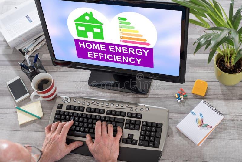 Concept à la maison de rendement énergétique sur un ordinateur photo libre de droits
