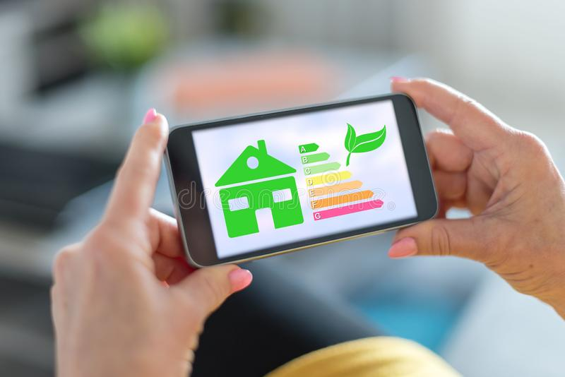 Concept à la maison de rendement énergétique sur un smartphone image libre de droits