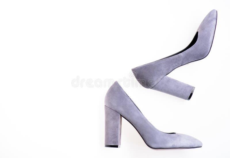Concept à la mode de chaussures Paires de chaussures gîtées par haute à la mode Façonnez les chaussures des femmes avec le talon  images stock