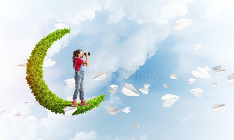 Concept achteloze gelukkige kinderjaren met meisje op groene maan royalty-vrije stock foto's