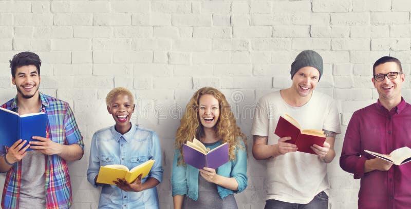 Concept adulte de la connaissance d'éducation de lecture de la jeunesse d'étudiants photos libres de droits