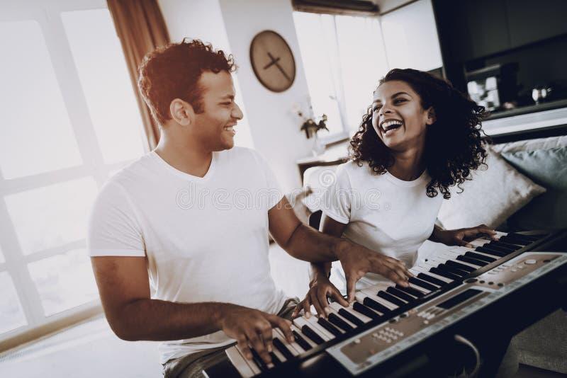 Concept afro-américain de jeu de synthétiseur de couples photographie stock