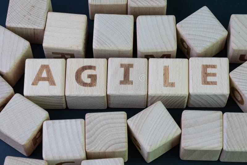 Concept agile de d?veloppement de logiciel, bloc en bois de cube avec l'alphabet ?tablissant le mot agile au centre sur le tablea photos libres de droits