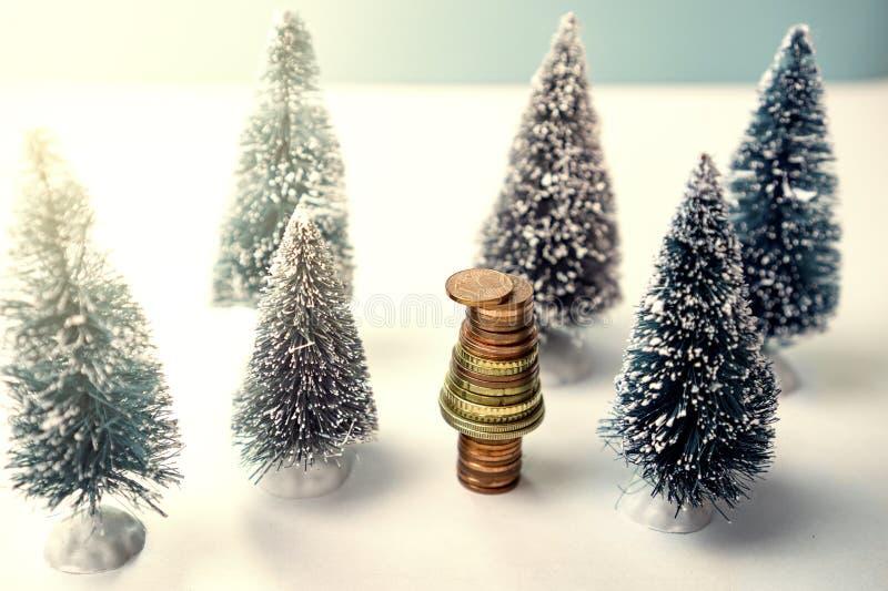 Concept amical et viable écologique d'environnement avec la plantation d'arbres s'élevant sur les pièces de monnaie volontaires d images libres de droits