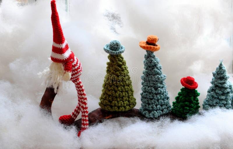 Concept amusant pour les vacances d'hiver au dec 24, transport gnome arbre de Noël photographie stock
