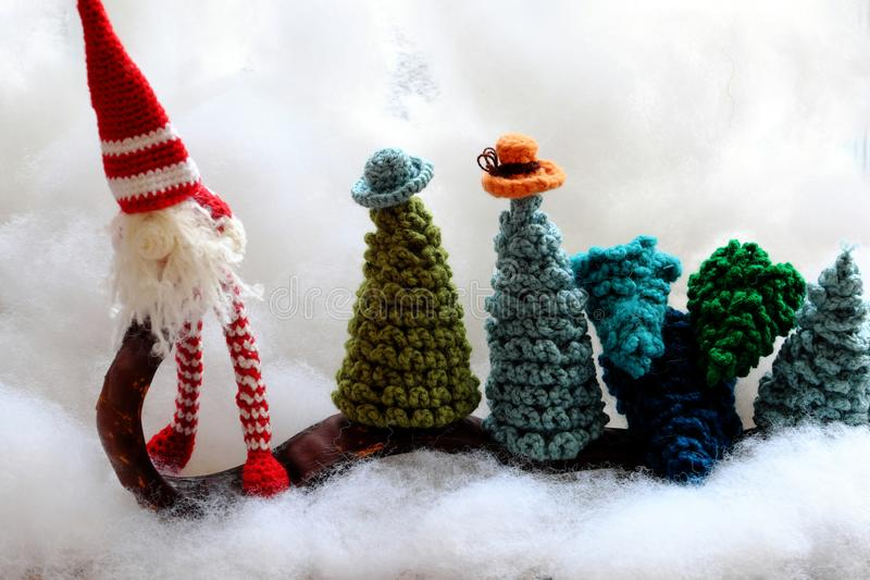 Concept amusant pour les vacances d'hiver au dec 24, transport gnome arbre de Noël photos libres de droits