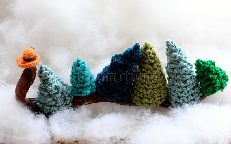 Concept amusant pour les vacances d'hiver au dec 24, transport sapin de Noël image libre de droits