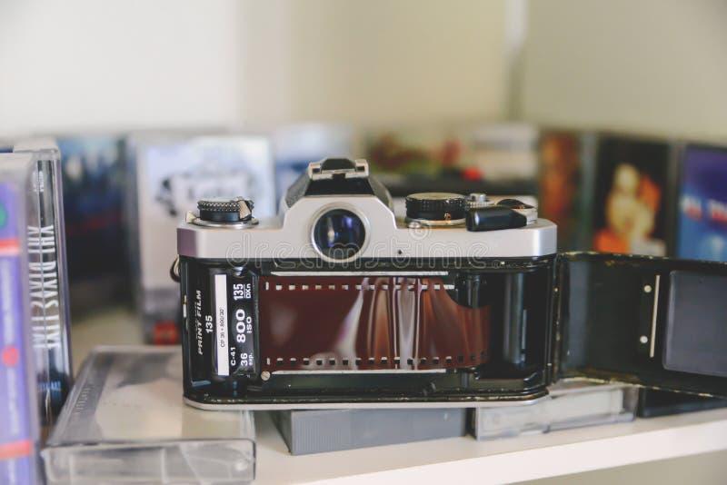 Concept analogue de la vie, rétro caméra classique de film et enregistreur à cassettes photo libre de droits
