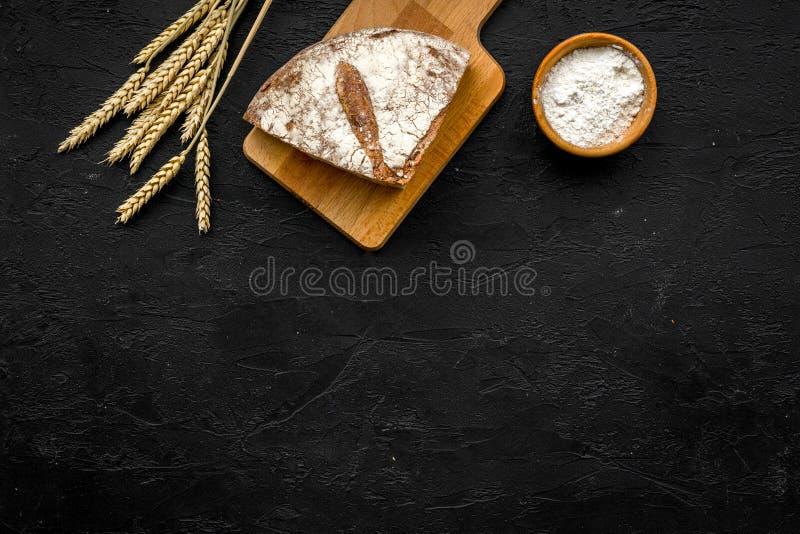 Concept appétissant de pain frais Pain coupé en tranches près des oreilles de blé sur l'espace noir de copie de vue supérieure de photographie stock