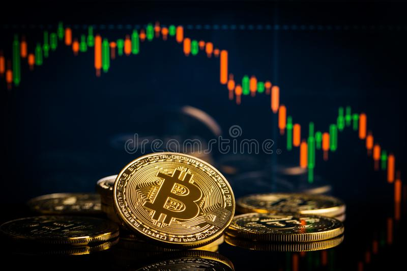 Concept avec les bitcoins et le graphique en baisse de bougie images stock