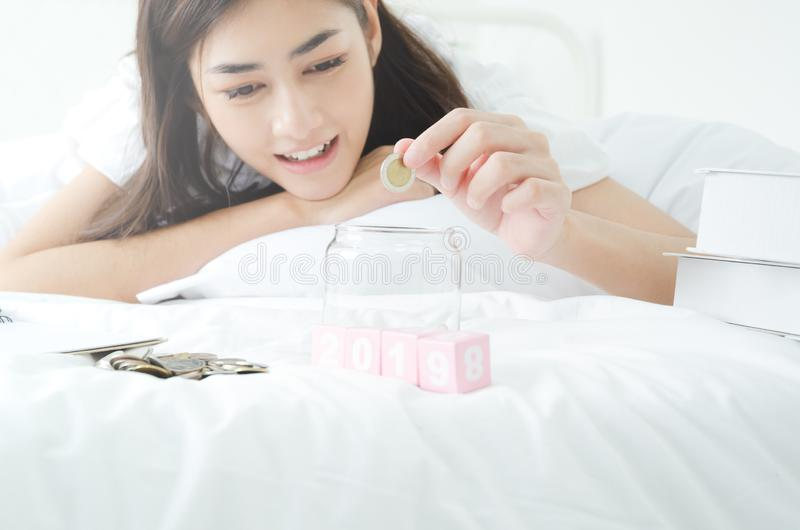 Concept Aziatische mensen die geld besparen stock foto's