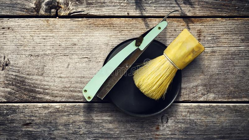 Concept Barber Shop Vieux rasoir du ` s de coiffeur et brosse de rasage sur un fond en bois Copiez la beauté de l'espace image libre de droits