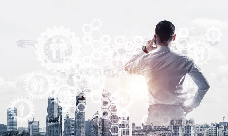 Concept bedrijfssucces en controle met zekere werkgever tegen cityscape achtergrond royalty-vrije stock afbeelding