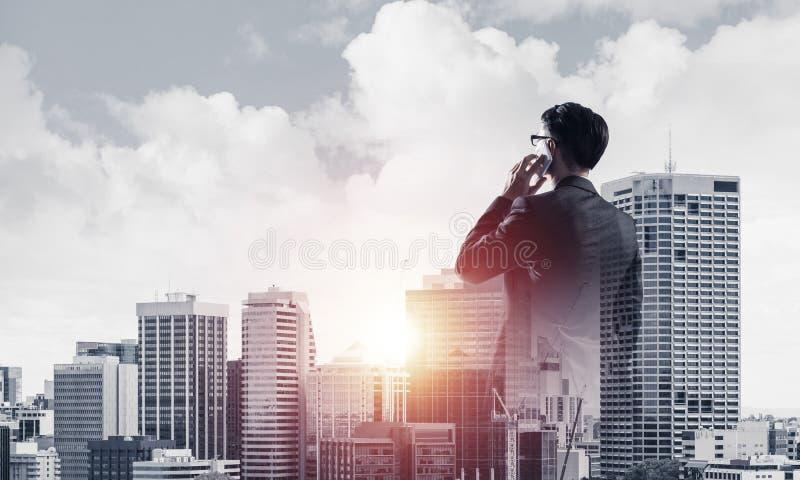 Concept bedrijfssucces en controle met zekere werkgever tegen cityscape achtergrond stock afbeeldingen