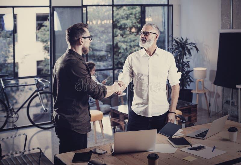 Concept bedrijfsvennootschaphanddruk Foto twee het proces van het businessmanshandenschudden Succesvolle overeenkomst na grote ve stock foto