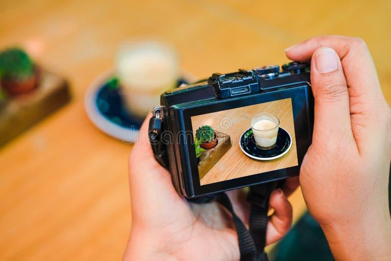 Concept blogging d'atelier de photographie Remettez tenir l'appareil-photo prenant la photo du caf? dans le caf? images libres de droits
